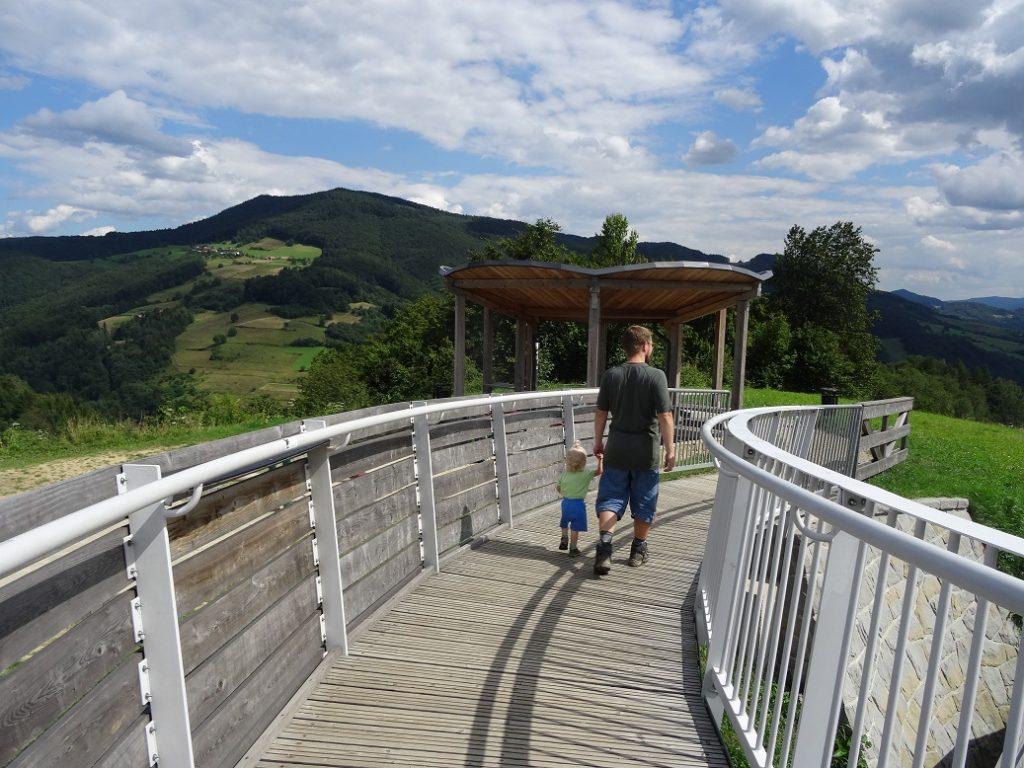 Tomek i Hania spacerują po tarasie widokowym, wakacje 2016
