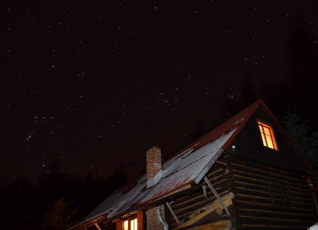 Rozgwieżdżone niebo nad chatą