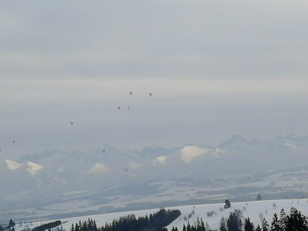 zimowe wyjścia w góry - balony na tle Tatr