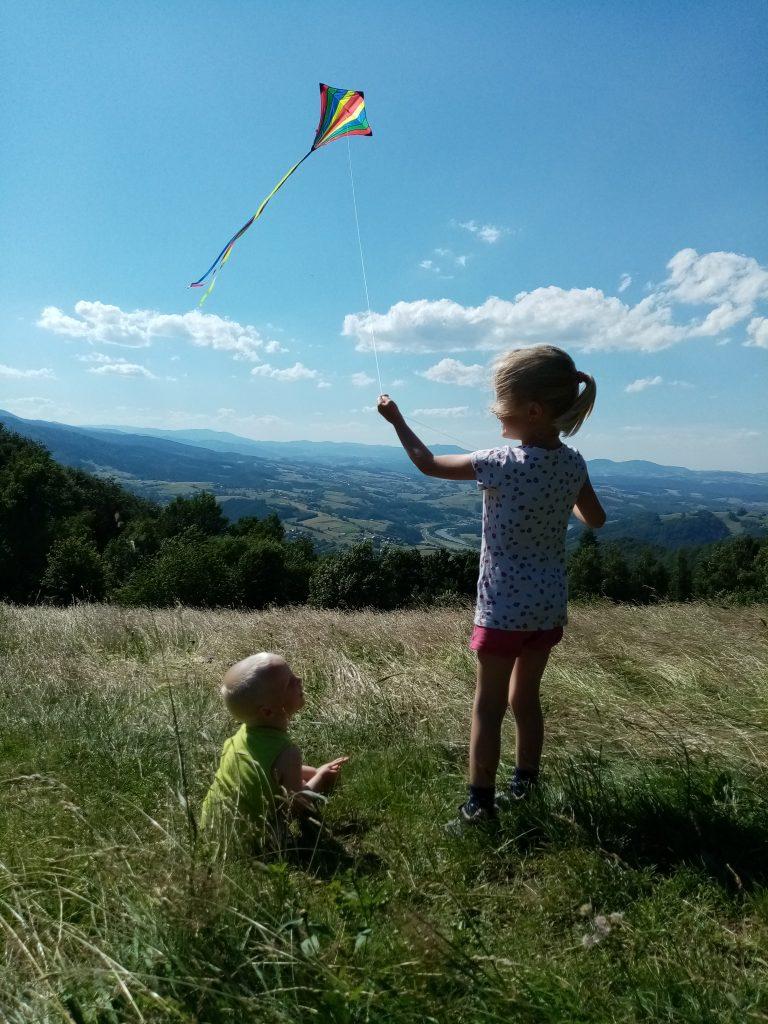 powrót do natury - latawiec i dzieci
